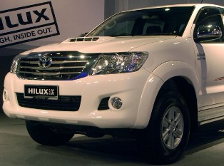 Toyota launches the new facelifted Hilux with nicer looks